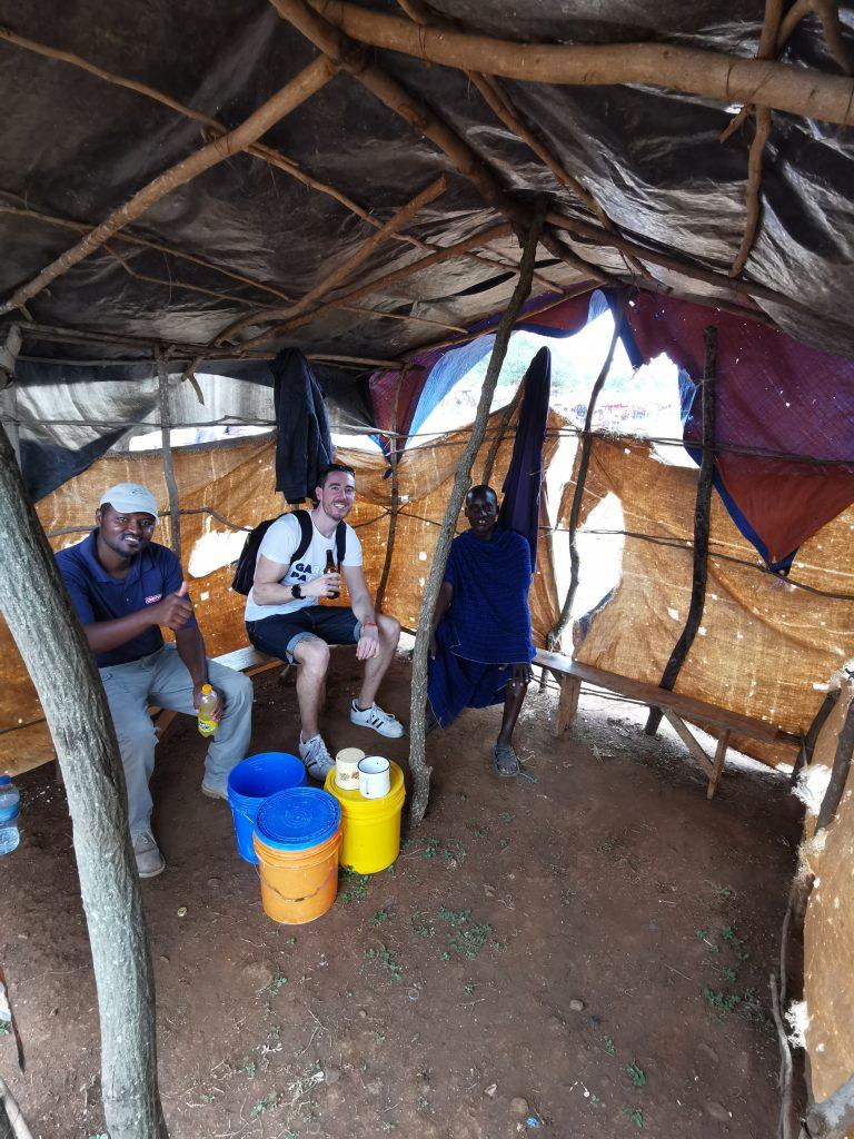 Madame M les Voyages  Notre rencontre avec les Massaïs de Tanzanie Prendre un verre au marché